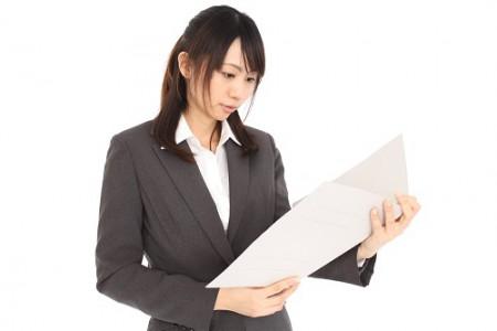 ファイルを持つスーツの女性